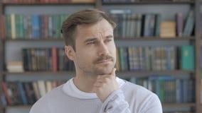 Πορτρέτο του σκεπτόμενου μέσου ηλικίας ατόμου στην αρχή απόθεμα βίντεο
