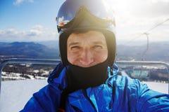 Πορτρέτο του σκιέρ/snowboarder να φανεί ευθύς στο ασβέστιο Στοκ φωτογραφία με δικαίωμα ελεύθερης χρήσης
