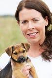 Πορτρέτο του σκυλιού της Pet εκμετάλλευσης γυναικών στοκ φωτογραφίες με δικαίωμα ελεύθερης χρήσης
