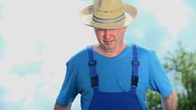 Πορτρέτο του σκληρού εργαζόμενου ατόμου στο αγρόκτημα φιλμ μικρού μήκους