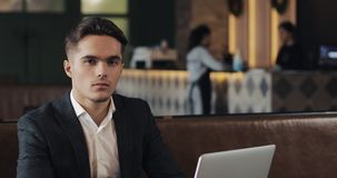 Πορτρέτο του σοβαρού αρσενικού επιχειρηματία σε έναν σύγχρονο κοινό εργασιακό χώρο Επιχείρηση, χρηματοδότηση, ιδρυτής, έννοια επι φιλμ μικρού μήκους