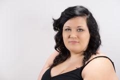 Πορτρέτο του σοβαρού νέου θηλυκού προτύπου με τη σκοτεινή τρίχα, το δίκαιο δέρμα και τα κόκκινα χείλια στοκ εικόνες