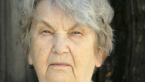 Πορτρέτο του σοβαρού παλαιού gramma ηλικίας η δεκαετία του '80 υπαίθρια απόθεμα βίντεο