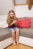 Πορτρέτο του συγκινημένου μικρού κοριτσιού στοκ φωτογραφία με δικαίωμα ελεύθερης χρήσης