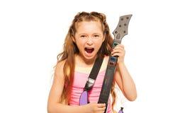 Πορτρέτο του συγκινημένου παιχνιδιού κοριτσιών στην ηλεκτρο κιθάρα Στοκ Φωτογραφίες