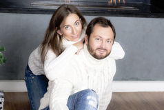 Πορτρέτο του συζύγου και της συζύγου στα άσπρα πουλόβερ Στοκ Εικόνα