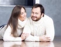 Πορτρέτο του συζύγου και της συζύγου στα άσπρα πουλόβερ Στοκ Εικόνες