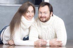 Πορτρέτο του συζύγου και της συζύγου στα άσπρα πουλόβερ Στοκ Φωτογραφίες