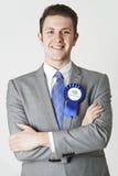 Πορτρέτο του συντηρητικού πολιτικού που φορά την μπλε ροζέτα Στοκ φωτογραφία με δικαίωμα ελεύθερης χρήσης