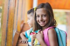 Πορτρέτο του σχολικού κοριτσιού που στέκεται στο σχολικό διάδρομο Στοκ εικόνες με δικαίωμα ελεύθερης χρήσης