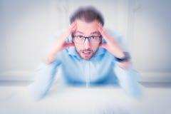 Πορτρέτο του τονισμένου επιχειρηματία με τα χέρια στο κεφάλι του Στοκ φωτογραφία με δικαίωμα ελεύθερης χρήσης