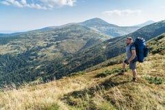 Πορτρέτο του τουρίστα στα βουνά στοκ εικόνα