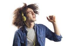 Πορτρέτο του τραγουδιού τραγουδιού νεαρών άνδρων με τα ακουστικά Στοκ Φωτογραφίες