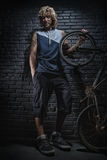 Πορτρέτο του τύπου με το ποδήλατο Στοκ φωτογραφία με δικαίωμα ελεύθερης χρήσης