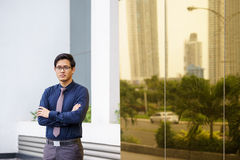 Πορτρέτο του υπερήφανου και βέβαιου κινεζικού εργαζομένου γραφείων Στοκ εικόνα με δικαίωμα ελεύθερης χρήσης