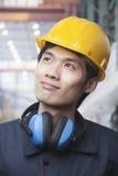 Πορτρέτο του υπερήφανου νέου μηχανικού που φορά κίτρινο Hardhat Στοκ Φωτογραφίες