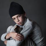Πορτρέτο του λυπημένου εφήβου στο γκρίζο υπόβαθρο, Στοκ Φωτογραφίες