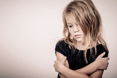 Πορτρέτο του λυπημένου ξανθού μικρού κοριτσιού στοκ φωτογραφίες
