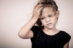 Πορτρέτο του λυπημένου ξανθού μικρού κοριτσιού στοκ εικόνες