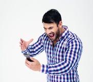 Πορτρέτο του υ ατόμου που φωνάζει στο smartphone Στοκ Εικόνα