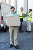 Πορτρέτο του φέρνοντας κουτιού από χαρτόνι ατόμων παράδοσης στοκ φωτογραφία με δικαίωμα ελεύθερης χρήσης