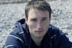 Πορτρέτο του φακιδοπρόσωπου νεαρού άνδρα Στοκ Εικόνα