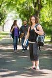 Πορτρέτο του φοιτητή πανεπιστημίου που στέκεται στην πανεπιστημιούπολη στοκ φωτογραφία με δικαίωμα ελεύθερης χρήσης