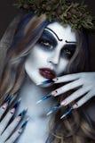 Πορτρέτο του φρικτού τρομακτικού Corpse Bride στο στεφάνι με τα νεκρά λουλούδια, αποκριές makeup και το μακροχρόνιο μανικιούρ Σχέ Στοκ Εικόνα