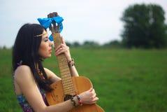 Πορτρέτο του χίπη που θέτει υπαίθριο με την κιθάρα Στοκ Εικόνα