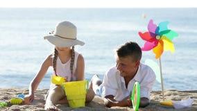 Πορτρέτο του χαμογελώντας αγοριού και του κοριτσιού στην παραλία απόθεμα βίντεο