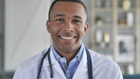 Πορτρέτο του χαμογελώντας βέβαιου γιατρού αφροαμερικάνων στοκ εικόνες με δικαίωμα ελεύθερης χρήσης
