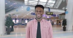 Πορτρέτο του χαμογελώντας και γελώντας μαύρου αφροαμερικάνων απόθεμα βίντεο