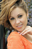 Πορτρέτο του χαμογελώντας κοριτσιού με το ακατάστατο τρίχωμα Στοκ εικόνες με δικαίωμα ελεύθερης χρήσης