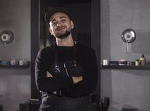 Πορτρέτο του χαμογελώντας κουρέα που στέκεται στο σαλόνι του και που εξετάζει τη κάμερα Στοκ εικόνες με δικαίωμα ελεύθερης χρήσης