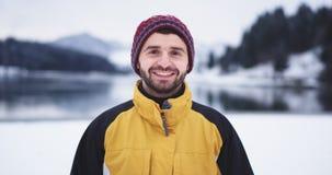 Πορτρέτο του χαμογελώντας μεγάλου ατόμου μπροστά από τη κάμερα, στη μέση του τοπίου με το καταπληκτικό υπόβαθρο της λίμνης και απόθεμα βίντεο