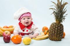Πορτρέτο του χαμογελώντας μωρού που φορά ένα καπέλο αρχιμαγείρων Στοκ εικόνες με δικαίωμα ελεύθερης χρήσης