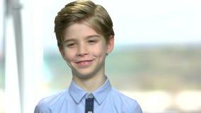 Πορτρέτο του χαμογελώντας όμορφου μικρού παιδιού απόθεμα βίντεο