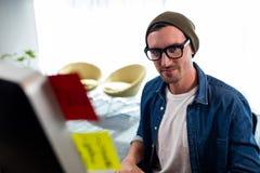 Πορτρέτο του χαμογελώντας ατόμου που εργάζεται στο γραφείο υπολογιστών Στοκ φωτογραφίες με δικαίωμα ελεύθερης χρήσης