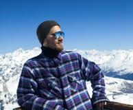 Πορτρέτο του χαμογελώντας ατόμου στο χιονοδρομικό κέντρο Στοκ εικόνες με δικαίωμα ελεύθερης χρήσης