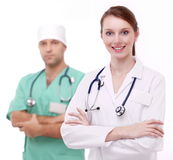 Πορτρέτο του χαμογελώντας γιατρού με το συνάδελφό της στοκ φωτογραφίες με δικαίωμα ελεύθερης χρήσης