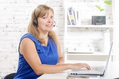 Πορτρέτο του χαμογελώντας εύθυμου τηλεφωνικού χειριστή υποστήριξης στην κάσκα Στοκ φωτογραφίες με δικαίωμα ελεύθερης χρήσης
