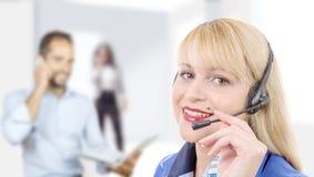 Πορτρέτο του χαμογελώντας εύθυμου τηλεφωνικού χειριστή υποστήριξης στην κάσκα στοκ εικόνες