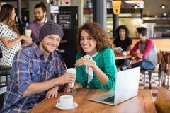 Πορτρέτο του χαμογελώντας ζεύγους που έχει milkshake καθμένος στο εστιατόριο στοκ εικόνα με δικαίωμα ελεύθερης χρήσης