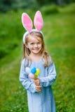 Πορτρέτο του χαμογελώντας μικρού κοριτσιού με τα ξανθά μαλλιά που φορούν τα αυτιά κουνελιών Στοκ φωτογραφία με δικαίωμα ελεύθερης χρήσης