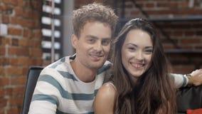 Πορτρέτο του χαμογελώντας νέου ζεύγους στο σύγχρονο σπίτι φιλμ μικρού μήκους
