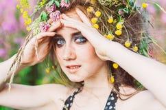 Πορτρέτο του χαμογελώντας νέου κοριτσιού με τα μπλε μάτια Στοκ φωτογραφίες με δικαίωμα ελεύθερης χρήσης