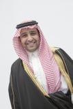 Πορτρέτο του χαμογελώντας νεαρού άνδρα στον παραδοσιακούς αραβικούς ιματισμό και Kaffiyeh, πυροβολισμός στούντιο Στοκ Εικόνες