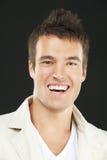 Χαμογελώντας νεαρός άνδρας στο άσπρο πουκάμισο Στοκ Φωτογραφία