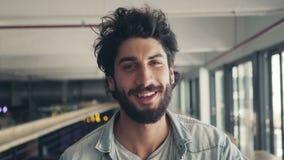 Πορτρέτο του χαμόγελου αρσενικό Blogger στον καφέ φιλμ μικρού μήκους