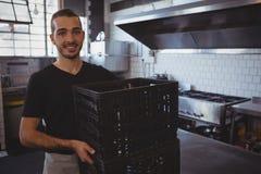 Πορτρέτο του χαμόγελου των κλουβιών εκμετάλλευσης σερβιτόρων στην κουζίνα Στοκ εικόνα με δικαίωμα ελεύθερης χρήσης